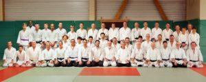 45 aikidoka alignés sur 2 rangs dans le dojo de Liffré, 1er rang assis sur talon, 2ème rang debout.