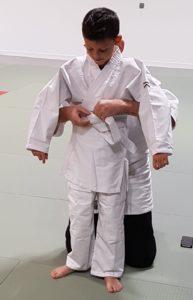Ajustement ceinture d'un jeune aïkidoka
