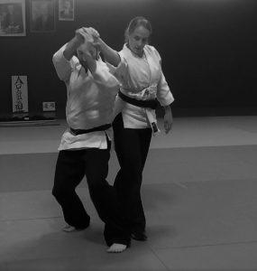 Morgane Fallon et Martin Florentin exécutant une prise d'aïkido main nues sur le tatami