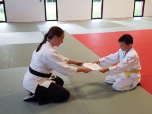 Remise du niveau d'aïkido à Nathan Grennepois par Morgane FALLON
