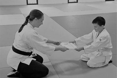 Remise du niveau d'aïkido par Morgane FALLON à Nathan Grennepois au dojo de Plougoumelen en septembre 2019